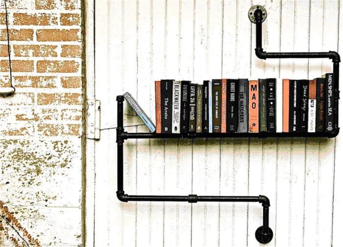 Старые книги будут прекрасно смотреться на полке из водосточной трубы.