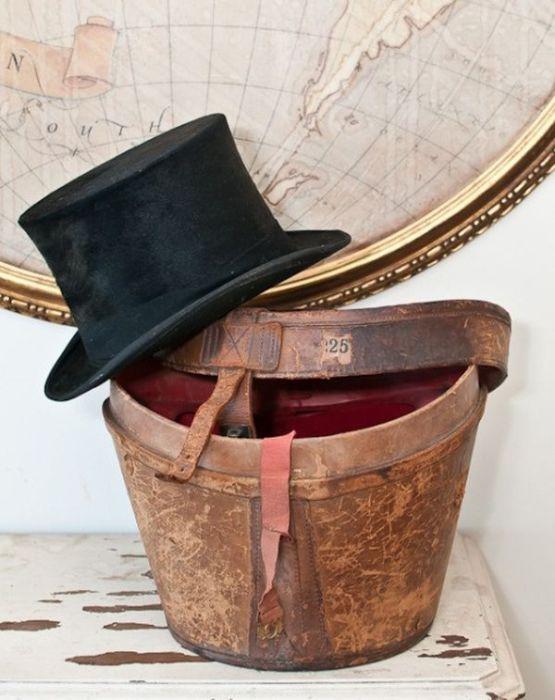 Шляпы - символ Викторианской эры, поэтому они с легкостью станут элементом декора в стимпанк интерьере.