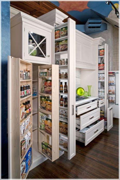 Шкаф с вертикальными выдвижными ящиками.