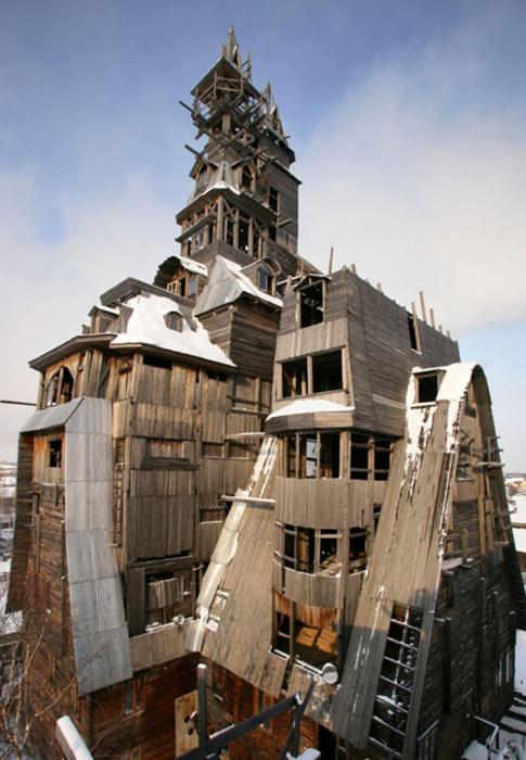 Странный деревянный дом в Архангельске.