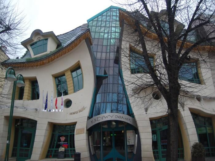 Необычный кривой дом в Польше.