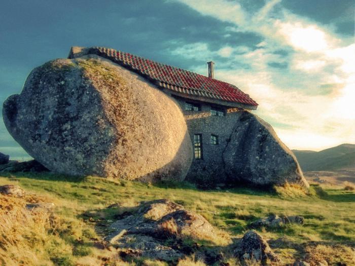 Дом внутри камня.