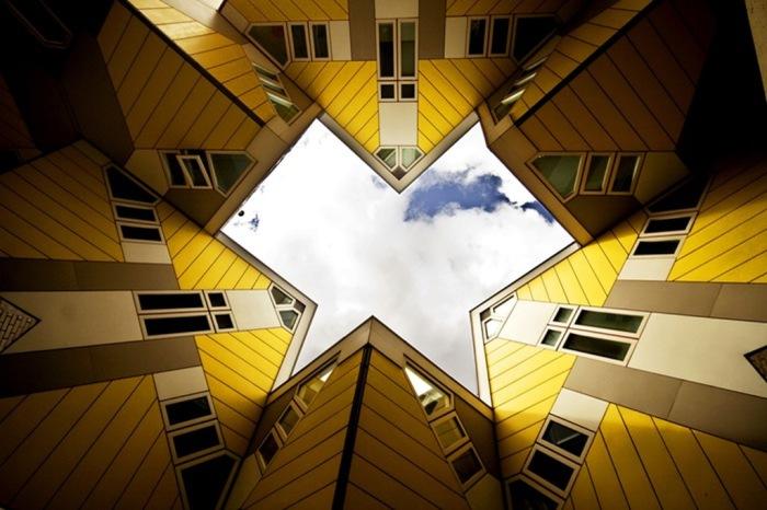 Дома необычной геометрической формы в Роттердаме, Нидерланды.