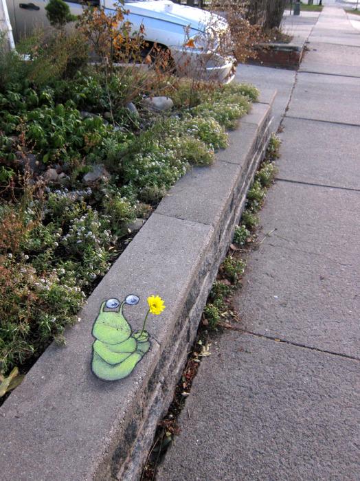 Уличный арт, который «выбивается» из окружающей среды.