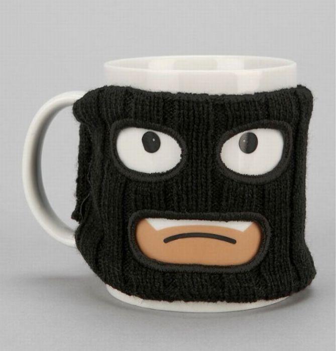Чашка с вязанным чехлом в виде маски.