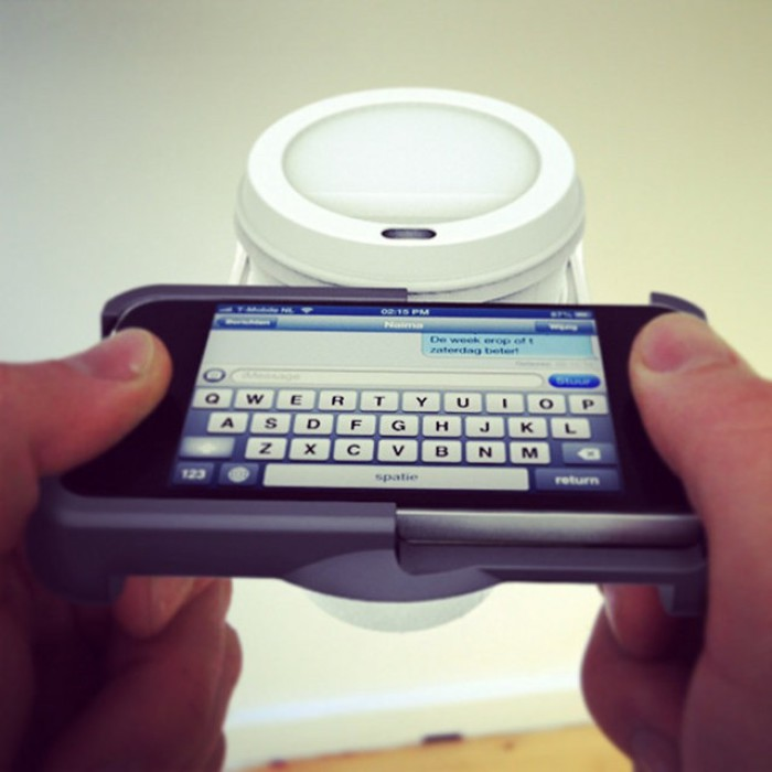 Чехол для айфона с встроенной подставкой для чашки с кофе.