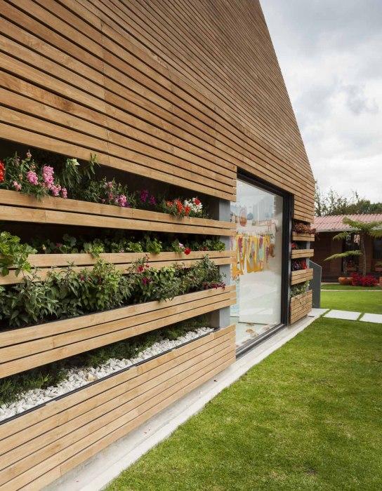 Потрясающий дом с встроенным в стены цветущим садом.