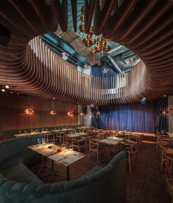Эффектный интерьер клуба-ресторана, отвечающий требованиям особенностей акустики помещения.
