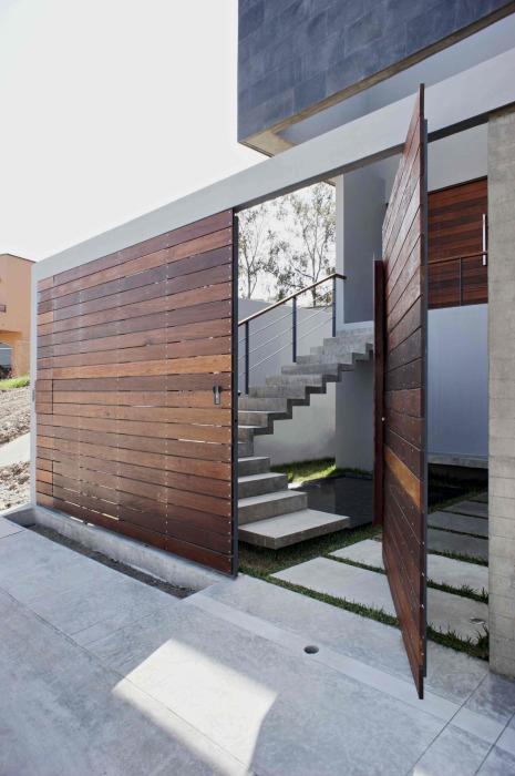 Поворотная парадная дверь, отличающаяся своей способностью разворачиваться на 360 градусов.