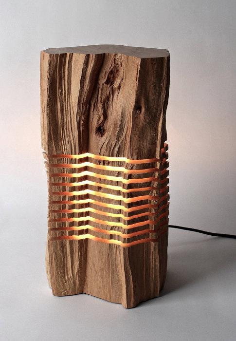 Восхитительный светильник в срубе дерева.