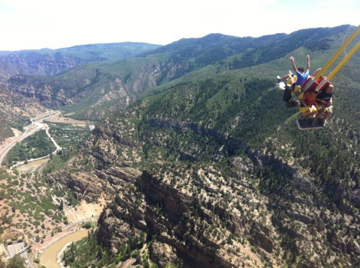Экстремальные качели на утесе горы в Колорадо.