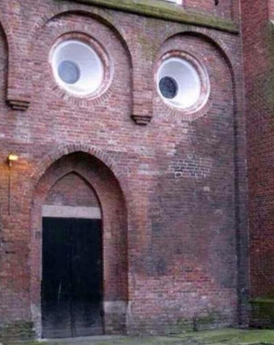 Необычное выражение лица у стены.