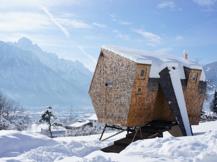 Невеликий будиночок у маленькому засніженому містечку Австрії.