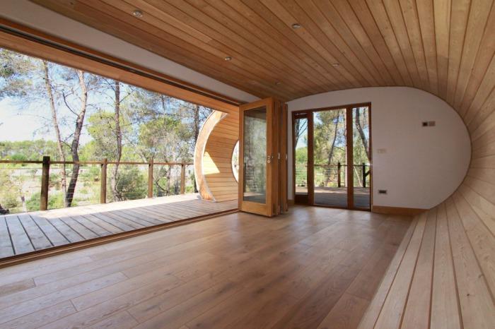 Дерев'яний будиночок у формі труби.