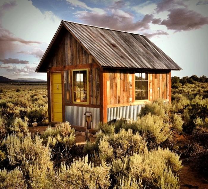 Маленька хатинка посеред пустелі в Колорадо.