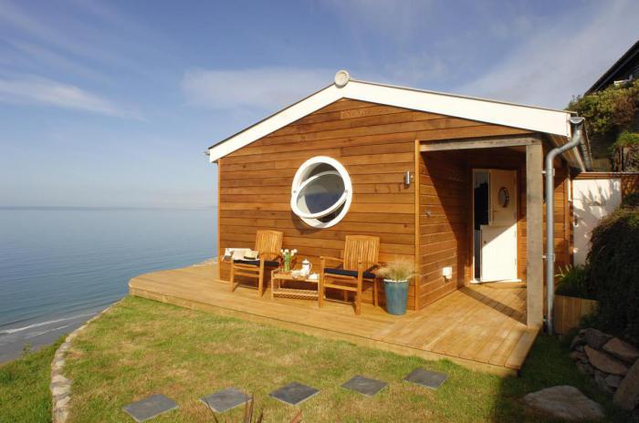 Невеликий будиночок біля моря.