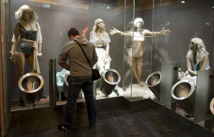 Сюрреалистичная туалетная комната, наполненная манекенами.