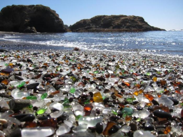 Пляж с маленькими стекляшками вместо песка неподалеку от форта Брэгг в Калифорнии.