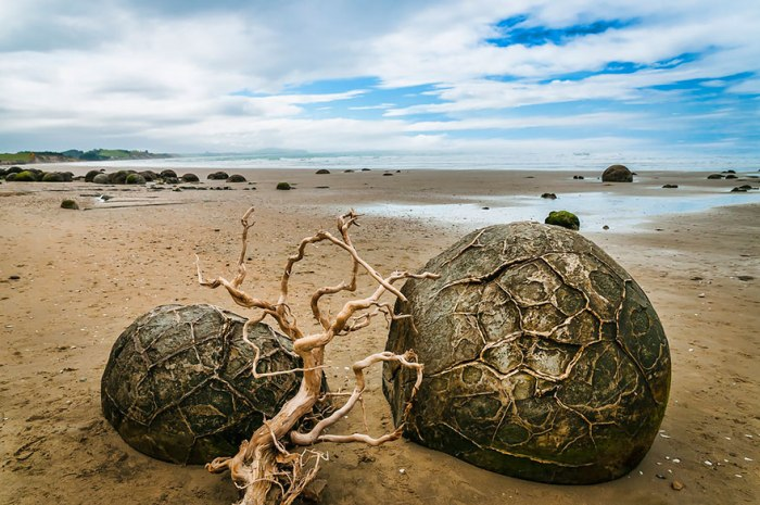 На этом пляже расположено множество камней, напоминающих доисторические яйца драконов.