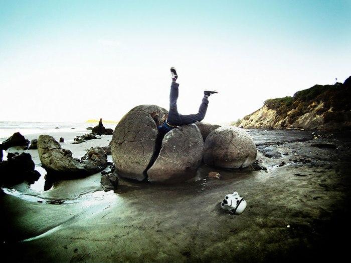 Туристы любят всячески обыгрывать странную форму камней.