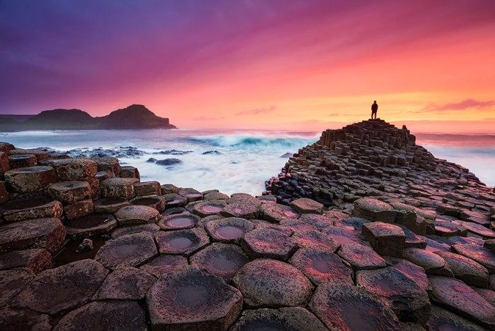 Гигантская насыпная дорога из камней вместо песка на пляже в Ирландии.