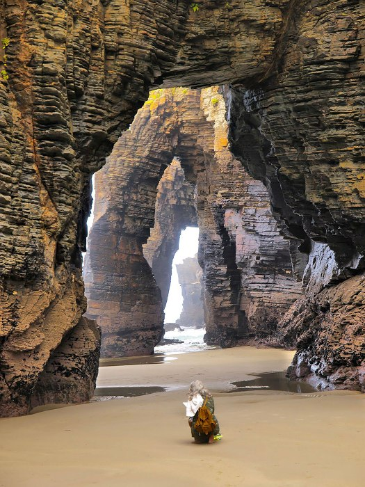Скалы, напоминающие арки соборов.