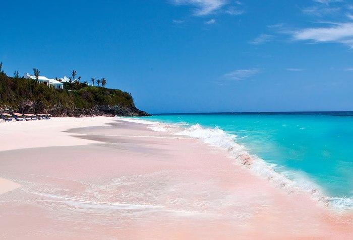 Пляж с розовым песком на Багамах.