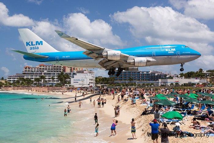 Самолет нависает прямо над пляжем Махо в Сан-Мартине.