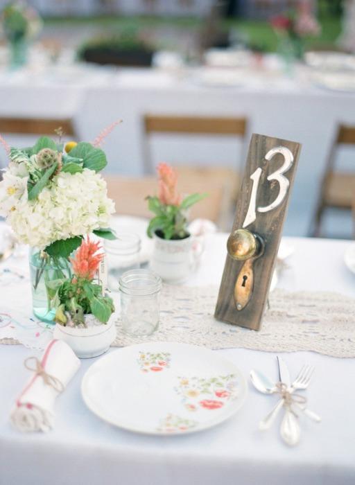 Очаровательные дверные ручки с номерами столиков на свадьбе.
