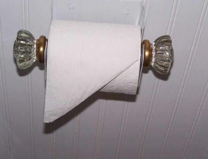 Интересный держатель для туалетной бумаги из двух дверных ручек.