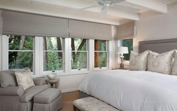 Шторы подходящего под дизайн комнаты цвета смогут отлично подчеркнуть ее интерьер.
