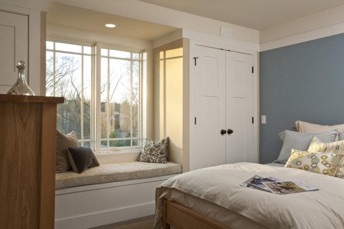 Диванчик на подоконнике - отличное дополнение к интерьеру спальни.