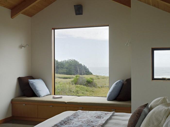 Минималистичный подоконник с современным диваном в спальне.
