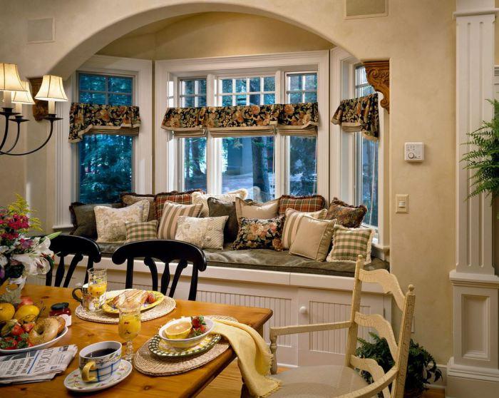 Подушки придают оконному дивану дополнительный уют и красоту.