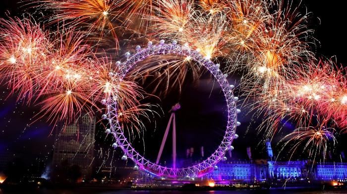 Салюты в честь Нового года в Лондоне.