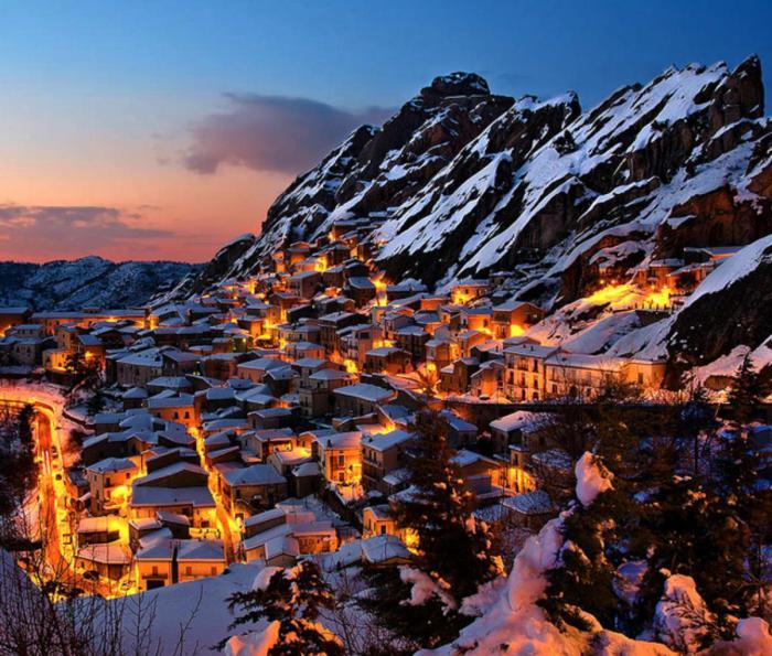 Город в горах Италии зимой.