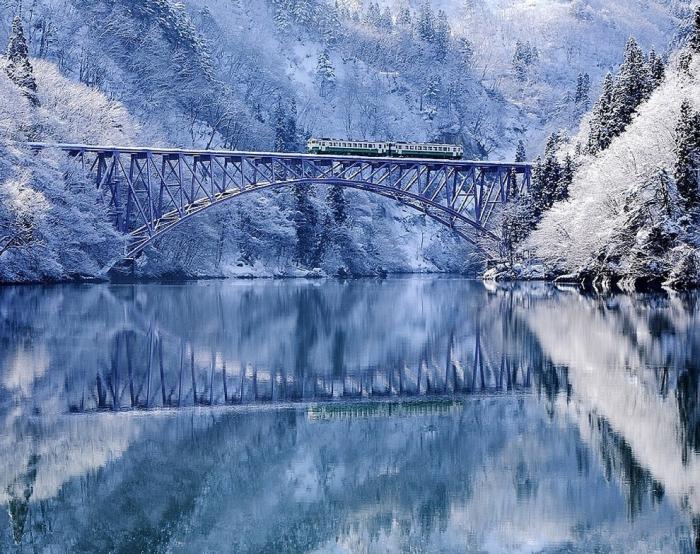 Сказочный мост зимой.