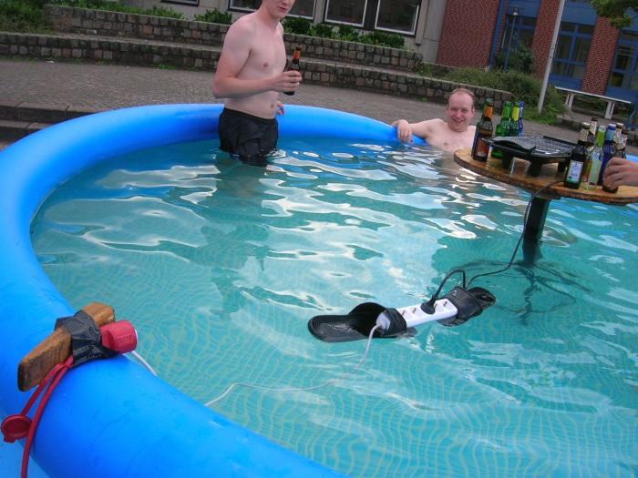 Правила использования электричества в бассейне соблюдены.