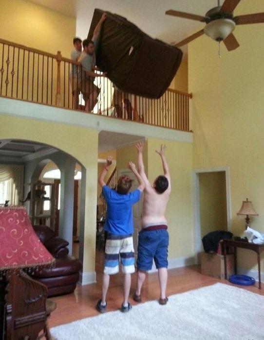 Сносить диван по лестнице слишком долго.
