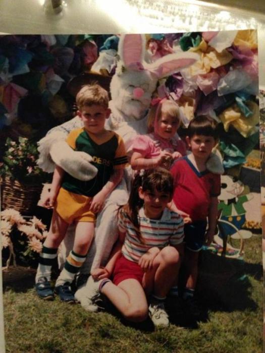 Великолепное семейное фото с пасхальным кроликом.