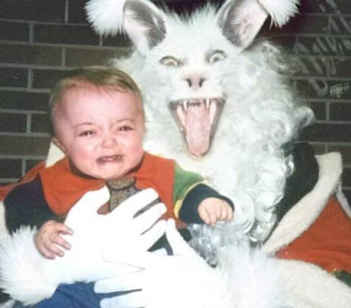 Этот кролик собирает в свою корзинку не пасхальные яйца, а маленьких детей.