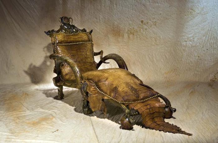 Пугающее кресло из настоящей кожи крокодила.