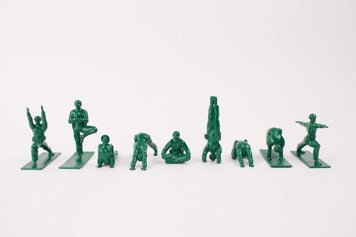 Игрушечные солдатики, исполняющие известные позы из йоги.
