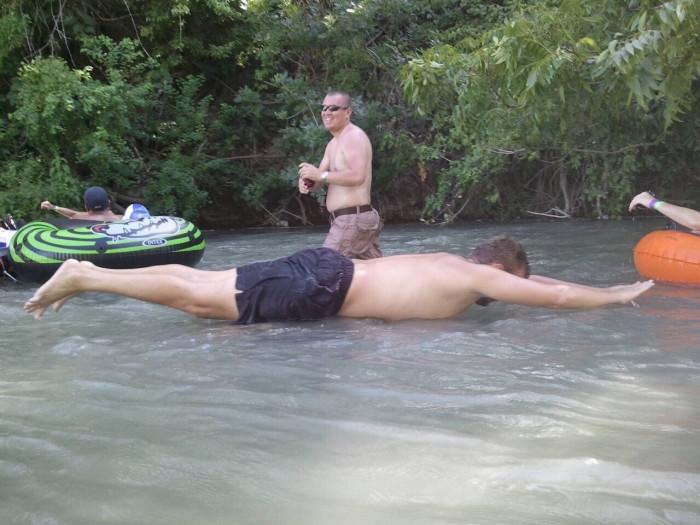 Мужчина, который застыл над поверхностью воды.