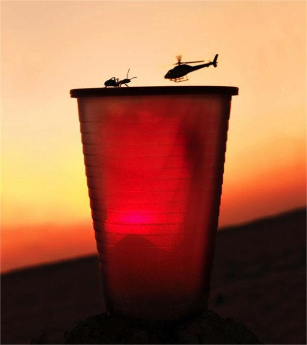 Вертолет, садящийся на пластиковый стаканчик.
