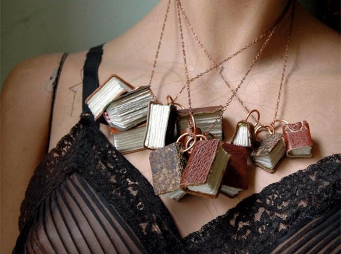 Ожерелье из мини-фолиантов