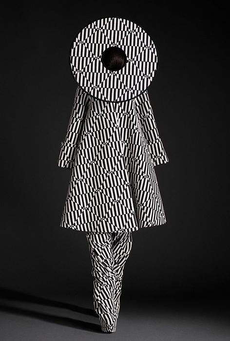 Чёрно-белая модель сюр-коллекции Гарет Пью.