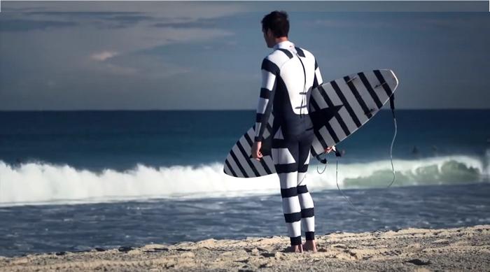 Доска для серфинга в цвет костюму.