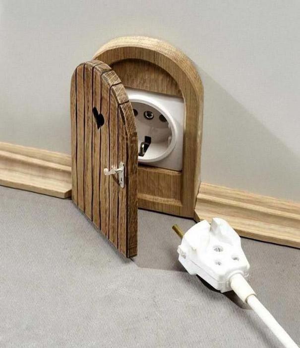Крышка для розетки а-ля Tom and Jerry.