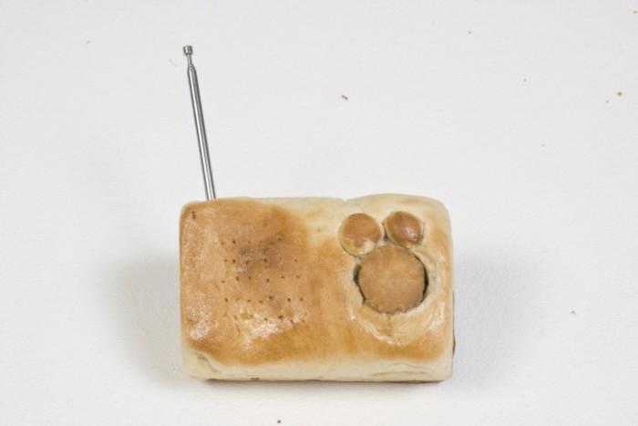 Радиоприёмник в корпусе из хлеба.